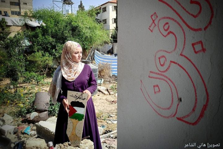 الفنانة التشكيلية سجى موسى من مدينة رفح جنوبي قطاع غزة، تحول ركام منزلها المدّمر، جراء القصف الإسرائيلي للوحات فنية تنطق بالوجع والصمود والأمل من وسط الألم. تصوير: هاني الشاعر