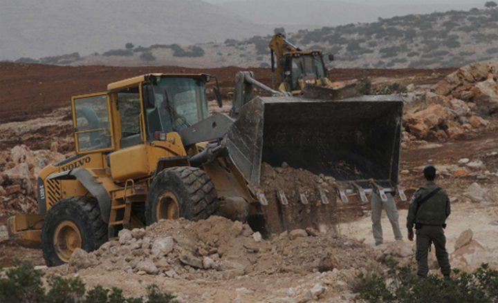 الاحتلال يخطر بهدم منازل وآبار مياه جنوب الخليل