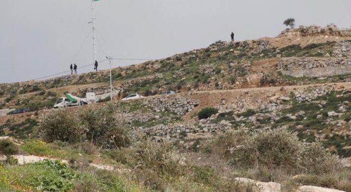 مستوطنون يقتحمون جبل العالم في نعلين غرب رام الله