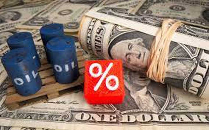 النفط يهبط بفعل قوة الدولار