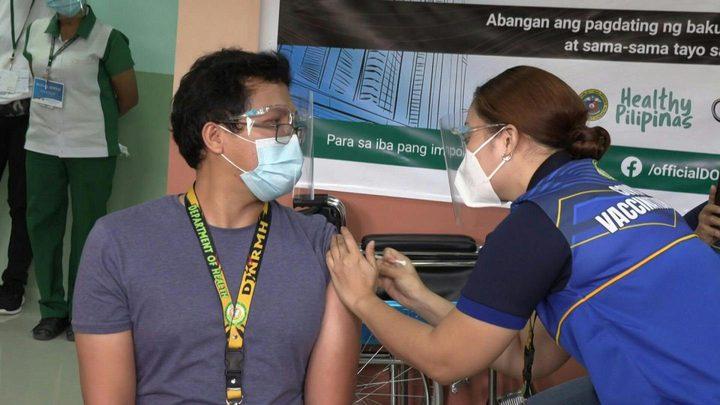 """الرئيس الفلبيني يهدد الممتنعين عن اللقاح: """"سأعطيكم لقاح الخنازير"""""""