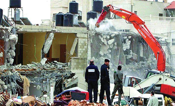 سلطات الاحتلال تجبر عائلة مقدسية على هدم منزلها في العيسوية
