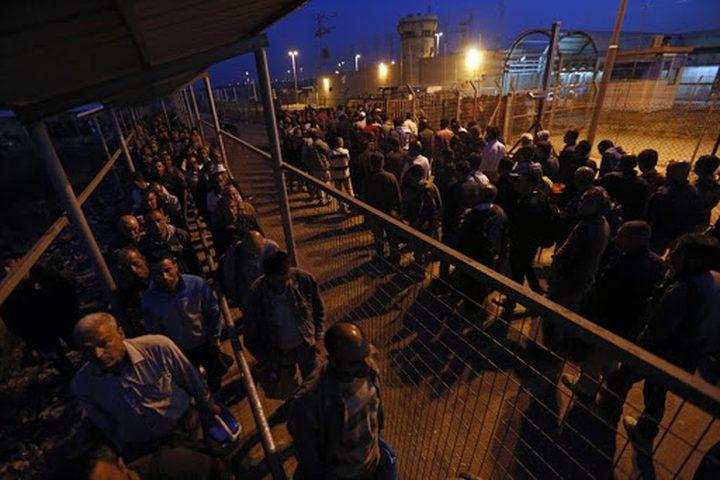 هآرتس: الاحتلال نهب ملايين الشواكل من العمال الفلسطينيين
