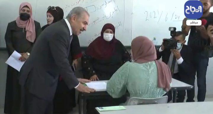 اشتية يفتتح امتحانات الثانوية العامة في قرية بيتا