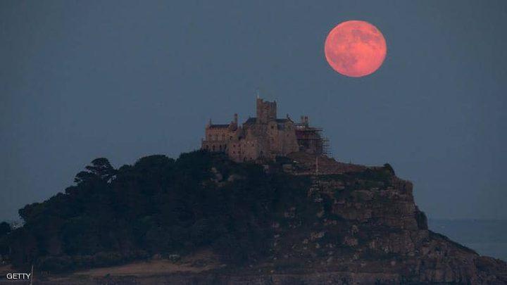 """العالم يترقب آخر قمر """"عملاق"""" هذا العام"""