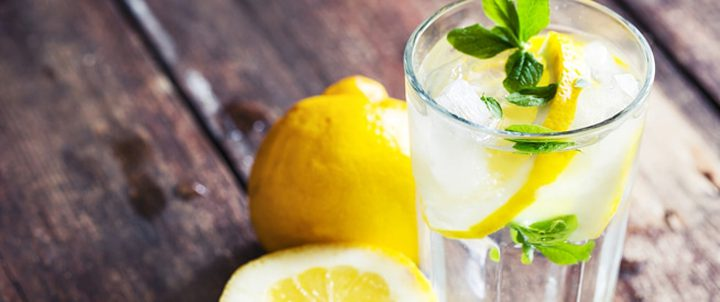 طبيب يقدم نصائح مهمة حول شرب الماء والليمون لإنقاص الوزن