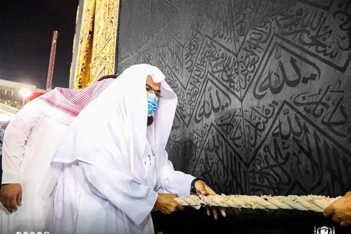 رَفع ثوب الكعبة المشرّفة استعدادًا لموسم الحج لهذا العام 1442 هـ