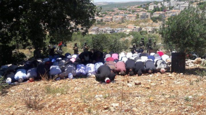 مواطنون يؤدون صلاة الجمعة على الأراضي المهددة بالاستيلاء في حزما