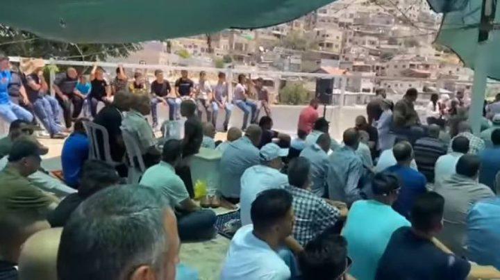 مواطنون يؤدون صلاة الجمعة في خيمة الاعتصام بحي البستان
