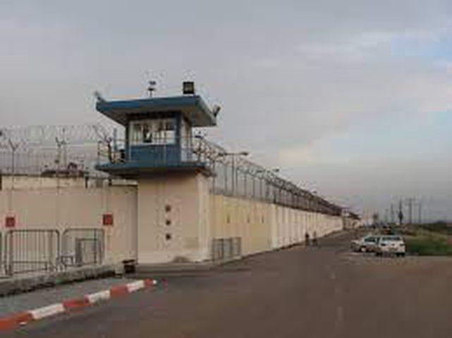الاحتلال يماطل بتقديم العلاج لخمسة أسرى في النقب