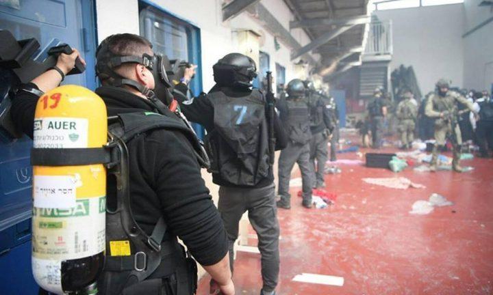 """إدارة سجن """"عوفر"""" تعيد 120 أسيرا إلى غرفهم استجابة لتصعيد الأسرى"""