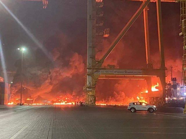 انفجار ناقلة نفط أثناء رسوها في ميناء جبل علي بدبي