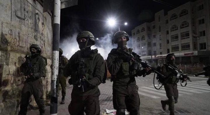 الاحتلال ينكل بالأسير منتصر شديد وعائلته في الخليل