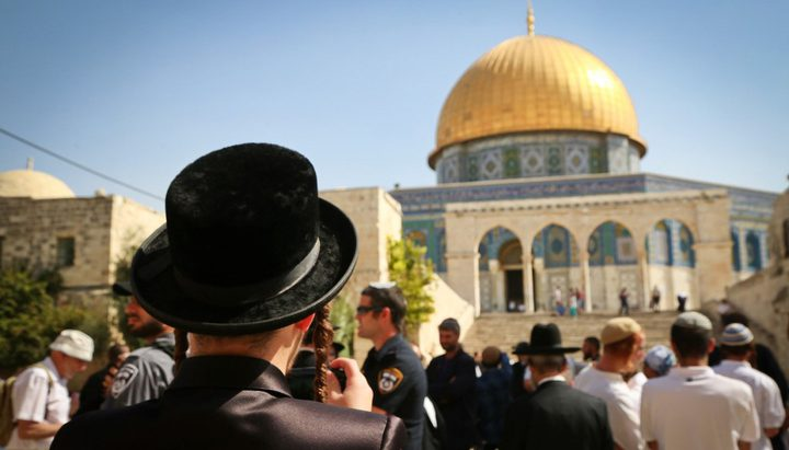 عشرات المستوطنين يقتحمون باحات المسجد الأقصى