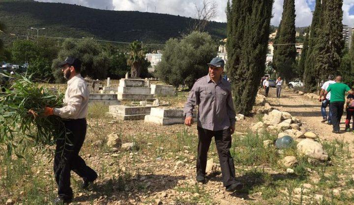 متطوعون ينظفون مقبرة القسام ببلد الشيخ المُهجّرة