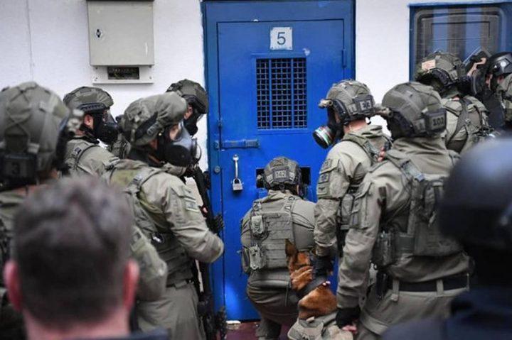 """وحدات القمع تقتحم قسم (2) في سجن """"ريمون"""""""