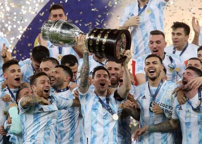 لاعبو الأرجنتين يحتفلون بميسي بعد حصدهم لقب كوبا أمريكا