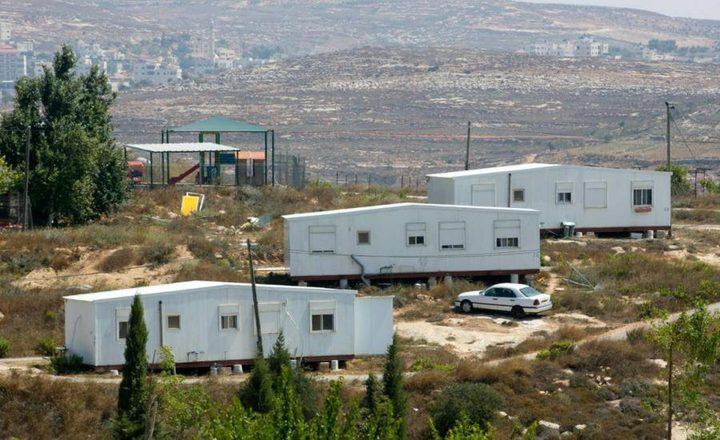 الاحتلال ينصب بيوتا متنقلة شرق الخليل