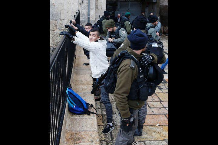 قوات الاحتلال تحتجز عددا من طلبة جامعة بيرزيت