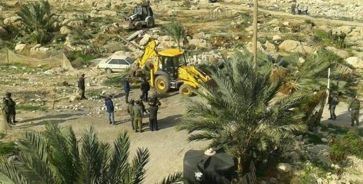 الاحتلال يستولي على جرار زراعي ويصيب أربعة مواطنين في الأغوار