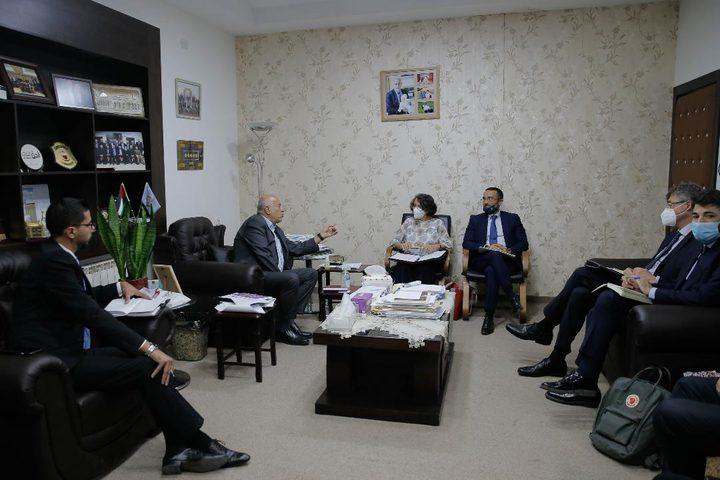 الرجوب يطلع نائبة وزير الخارجية الإيطالية على الأوضاع السياسية
