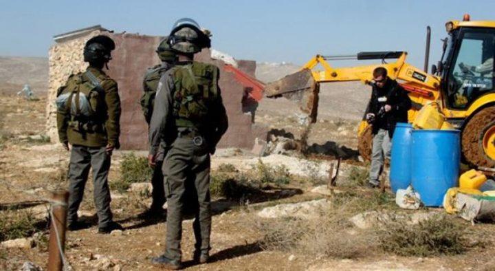 الاحتلال يهدم بركسا للأغنام في النبي صموئيل ويخطر بهد أخرى
