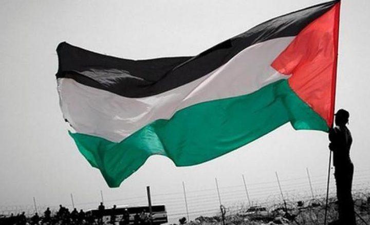 الاحتلال يخطر مخيما صيفيا بإنزال العلم الفلسطيني