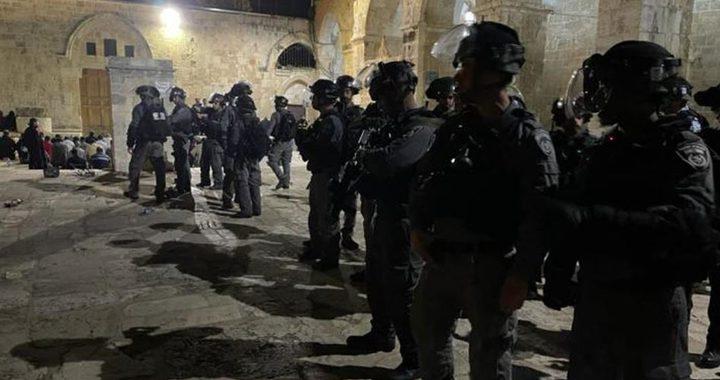 الاحتلال يقتحم الأقصى ويعتدي على المصلين ويخليهم بالقوة