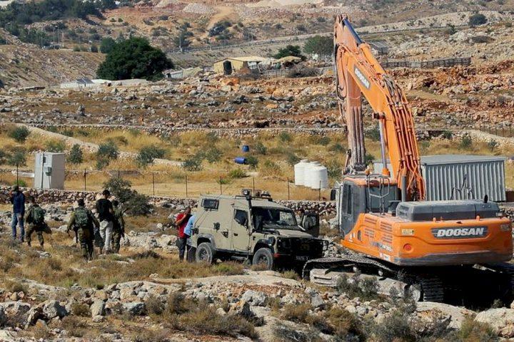 """قوات الاحتلال تستولي على """"حفار"""" يعمل باستصلاح أراض جنوب الخليل"""