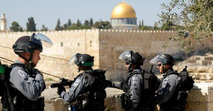الاحتلال يقطع أسلاك مكبرات الصوت في الأقصى ويحاصر المسجد القبلي