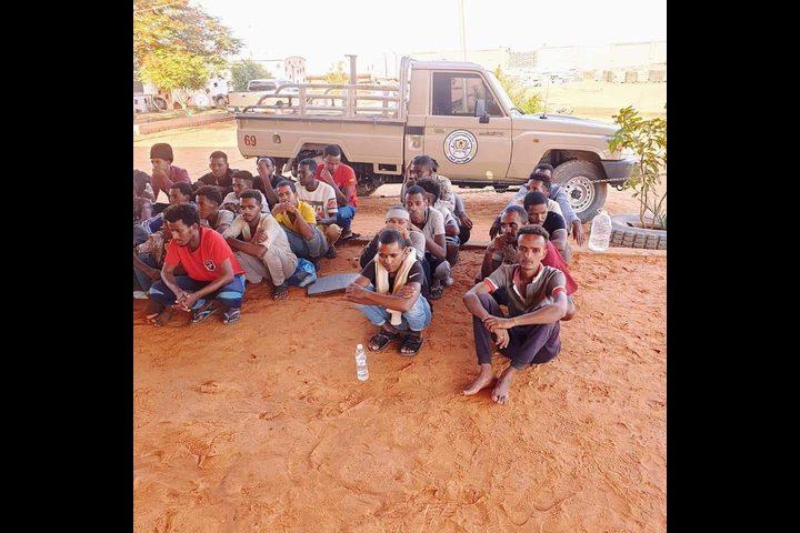 ليبيا تقبض على 27 مهاجرًا بطريقة غير شرعية بعد فرارهم من المهربين