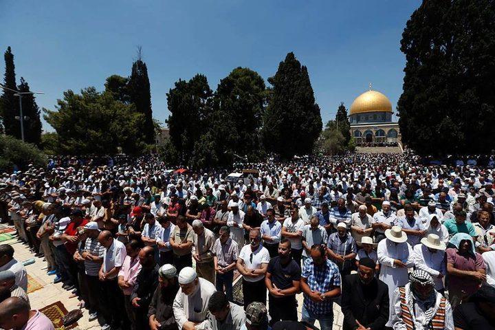 25 ألفا يؤدون صلاة الجمعة في باحات المسجد الأقصى