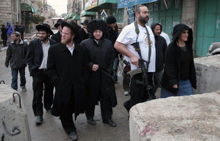 مستوطنون يعتدون على صحفيين في تل رميدة