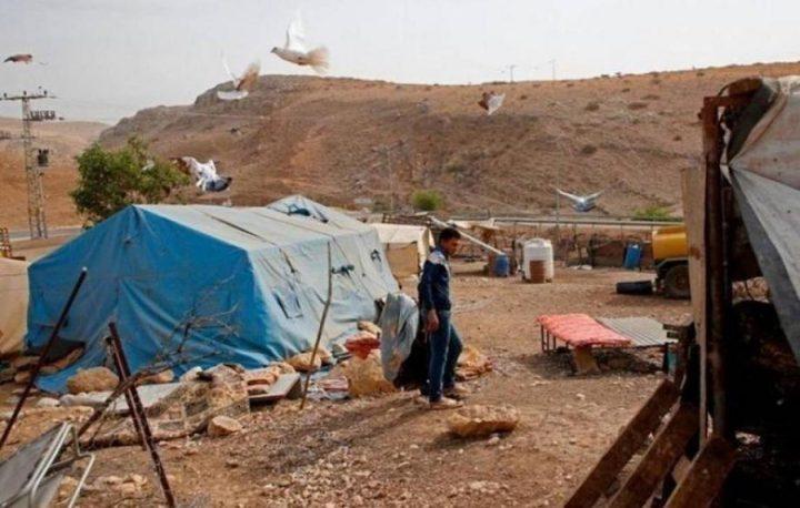 الاحتلال يقتحم خربة حمصة ويجبر المواطنين إزالة ممتلكاتهم