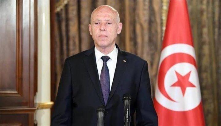الرئيس التونسي يتولى السلطة التنفيذية ويقيل الحكومة