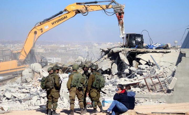 قوات الاحتلال تهدم اسطبلا للخيول في الطور بالقدس