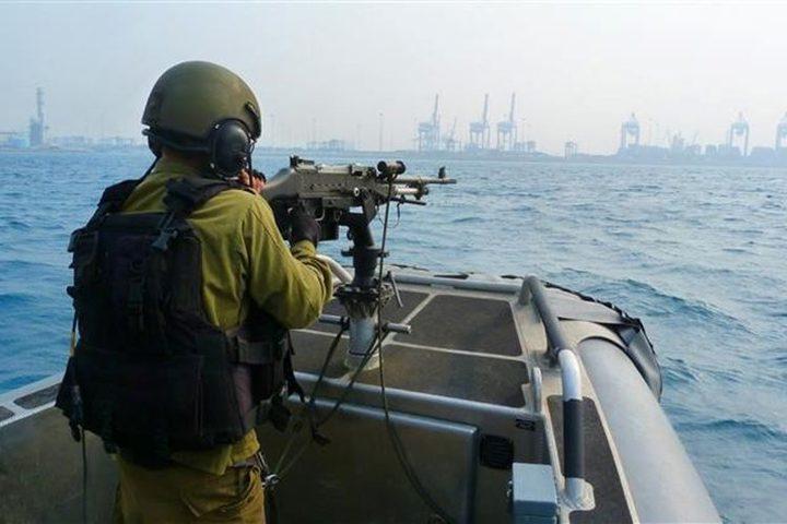 الاحتلال يستهدف مراكب الصيادين قبالة سواحل غزة