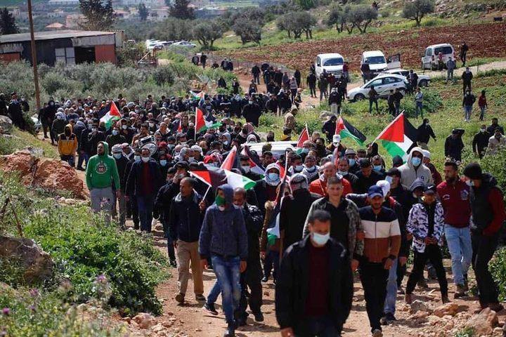 المواطنون يؤدون صلاة الجمعة في أراضيهم المهددة بالاستيلاء شرق يطا