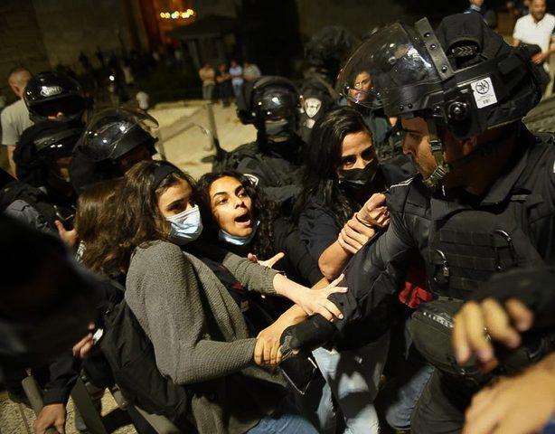الاحتلال يقمع وقفة احتجاجية في الشيخ جراح وسط القدس
