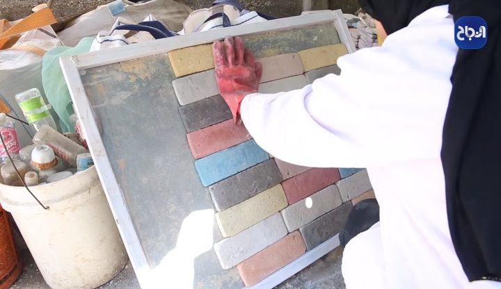 روان رجب تصنع من بقايا المواد حجرٌ بيتي صديق للبيئة