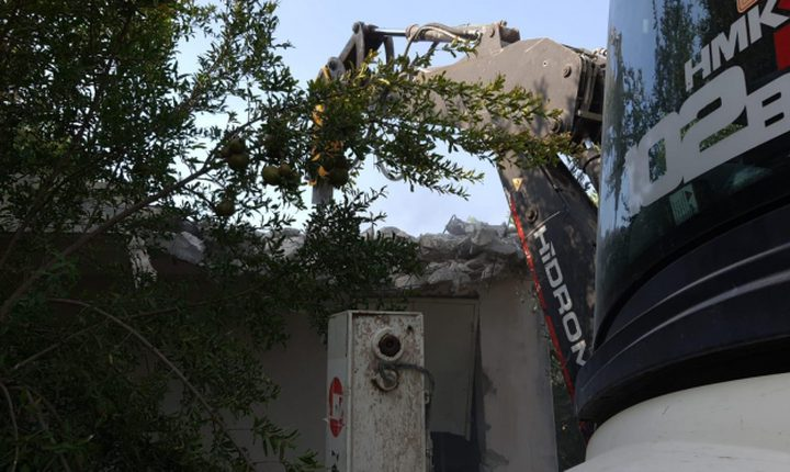 الاحتلال يجبر مواطنا على هدم مخزن زراعي في جلجولية