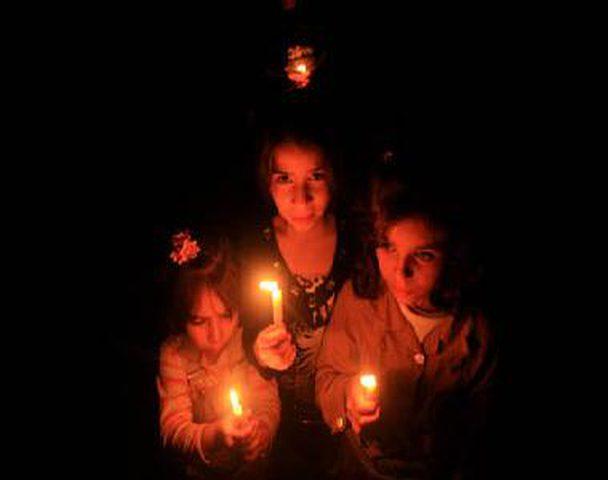 الصليب الأحمر: 80% من سكان غزة يقضون حياتهم في الظلام الدامس