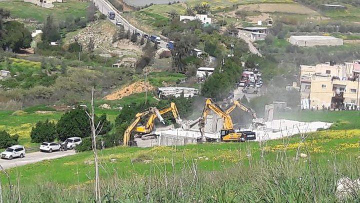 قوات الاحتلال تهدم منشآت شمال حاجز الحمرا