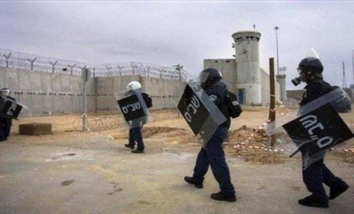 """التوتر يسود سجن """"عسقلان"""" والأسرى يطالبون بإغلاق القسم الوحيد فيه"""