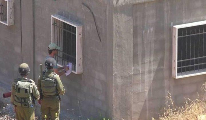 الاحتلال يخطر بوقف البناء بمنزل شرق قلقيلية