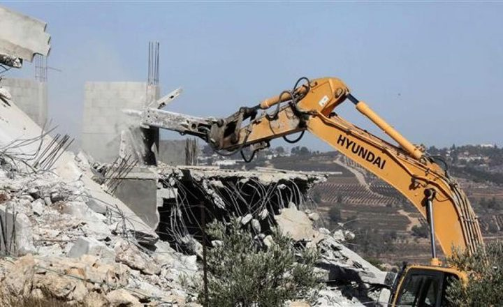 الاحتلال يهدم ثلاثة منازل قيد الإنشاء في بلدة سعير