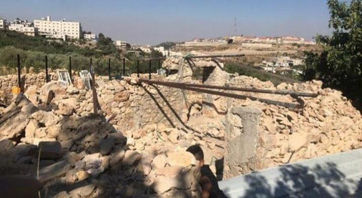 الاحتلال يهدم منشآت ويستولي على معدات زراعية شرق رام الله