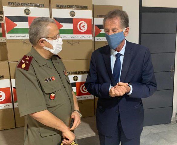 السفير الفلسطيني يسلم 50 جهاز أكسجين لإدارة الصحة العسرية في تونس