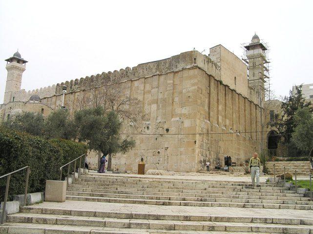الاحتلال يشرع بتنفيذ مشروع تركيب مصعد كهربائي بالمسجد الابراهيمي