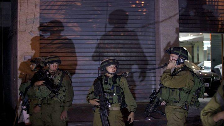 نابلس: الاحتلال يقتحم عدة متاجر وسط المدينة ويفجر أبوابها